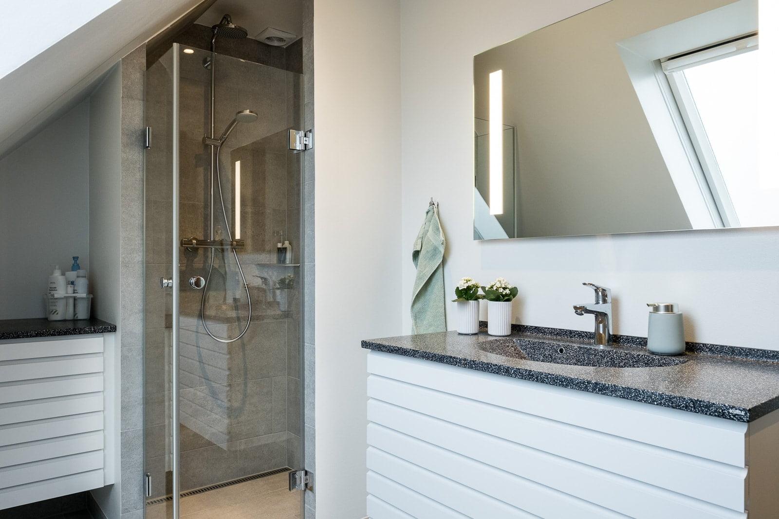 Nyt badeværelse med lys og plads