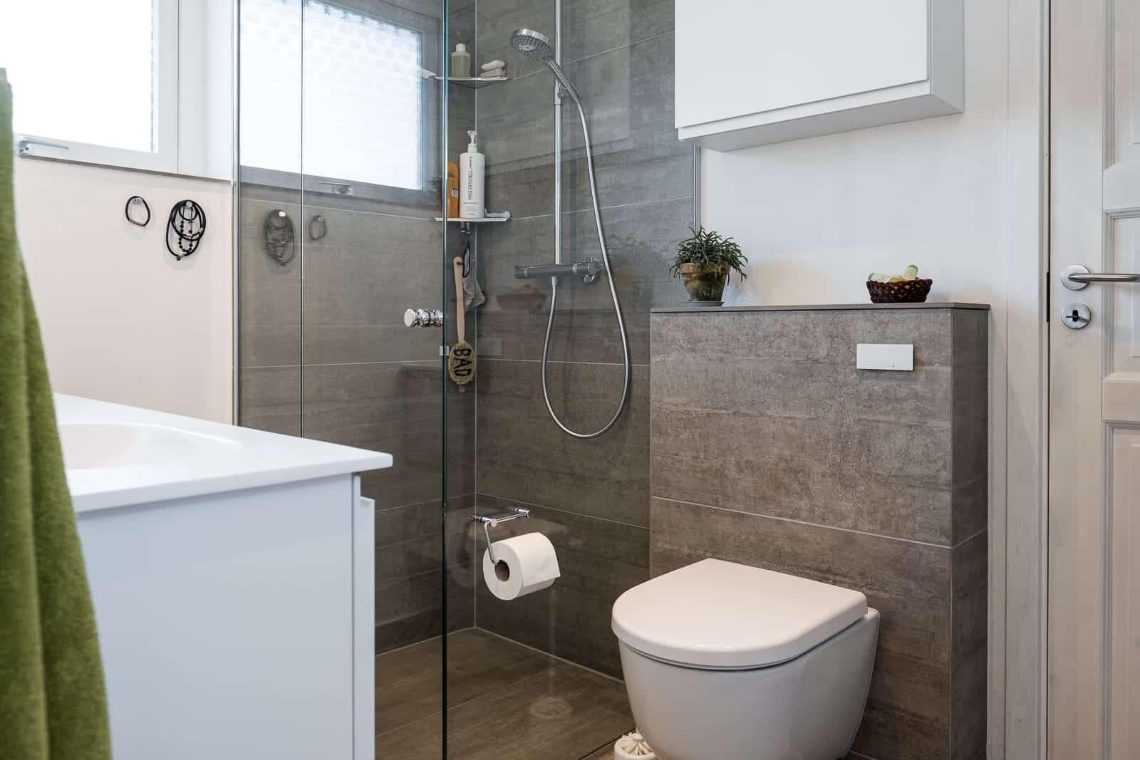 Nyt badeværelse med store klinker