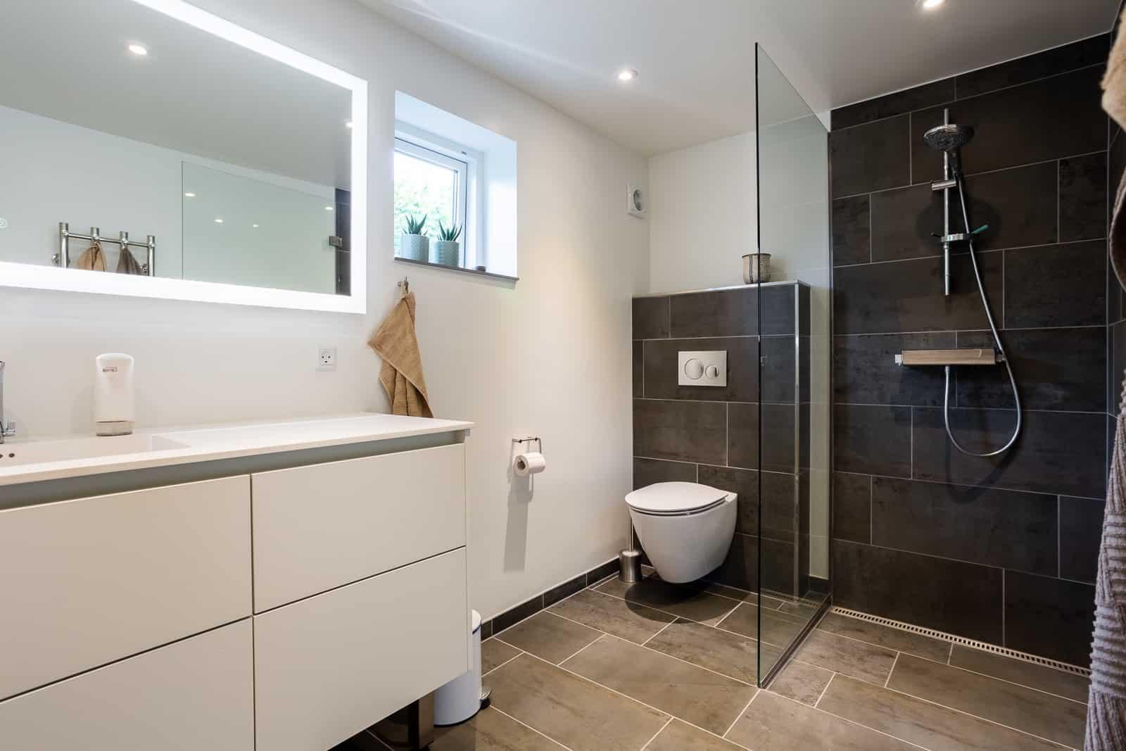 Nyt badeværelser med store fliser og masser af lys
