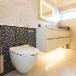 Nyt badeværelse med lys og rum